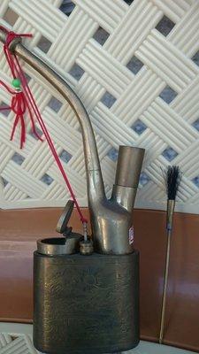慧助古董藝品店…D283銅刻水煙袋…高約24cm寬7.5Cm厚3.7Cm