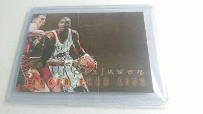1996-97SKYBOX名人堂Hakeem Olajuwon LARGER THAN LIFE特卡一張~歡迎議價直購
