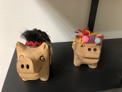 阿里山鄒族原住民手工製作小木豬一對 漂流木手工製作手工藝品 原住民設計鄒族小豬 傳統手工藝品雕塑品 木雕藝術小豬