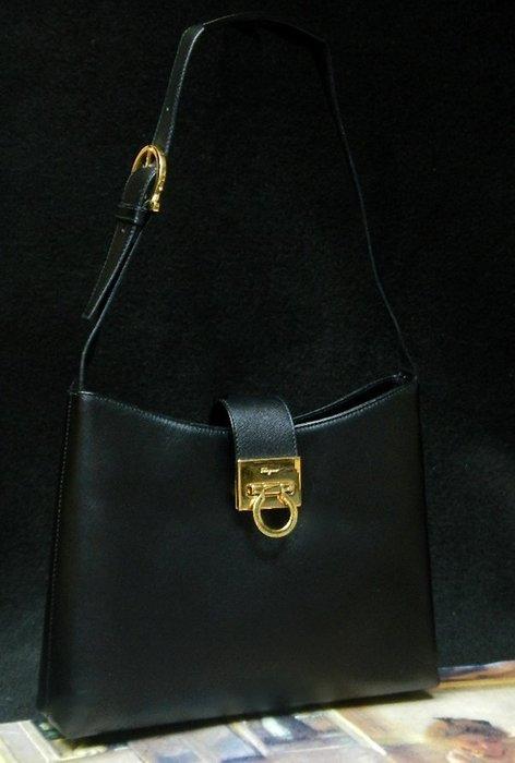 【夜間飛行】(保證100%真品)FERRAGAMO黑色細菱格真皮肩背包//限時特價