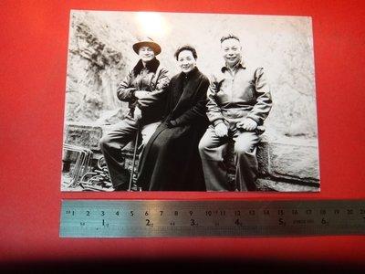 【愛悅二手書坊 A-01-4】先總統 蔣公偕夫人暨蔣前主任委員於巡視東西橫貫公路工程時,在路邊小憩合照