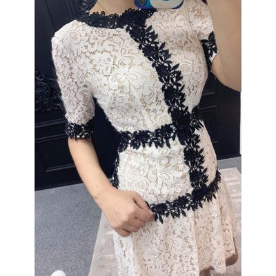 《巴黎拜金女》溫柔氣息蕾絲裙氣質款OL風格重工精緻連身裙