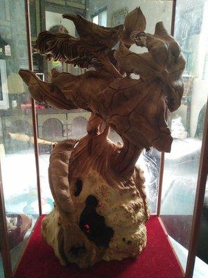 拼人氣.賠售出清.早期收藏印度檀香木瘤,荷家歡.釘瘤件,名師手工巧雕刻-香味濃.框高61公分,長36公分,寬23公分