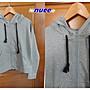 促銷480。日系nuee【全新專櫃商品】麻灰色 實搭款LOGO貼字編織黑繩帶造型連帽長袖棉外套。