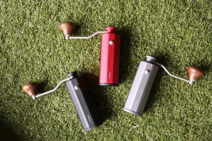 榮獲德國紅點設計獎  MINOS手搖磨豆機 ( 紅色 ) 高精度軸承 附毛刷+加送耶家雪夫咖啡豆半磅 (72011)