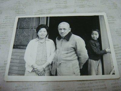 【早期老照片】民國50年代 人物 老玻璃門窗 6.5X9 公分