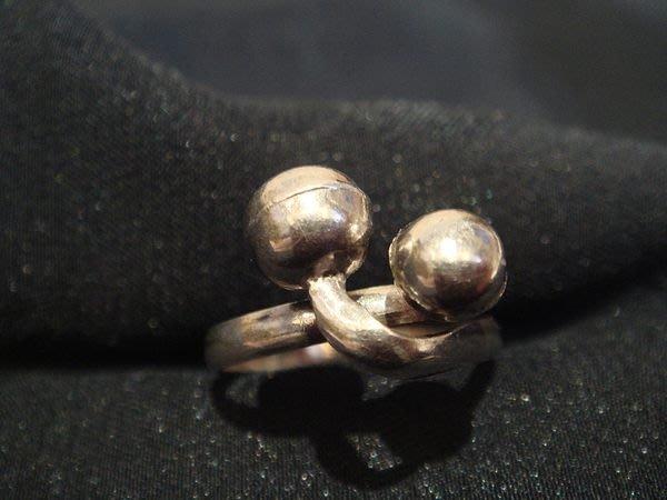 全新俏皮可愛造型純銀戒指,兩顆小圓球纏繞,可愛喔!低價起標無底價!本商品免運費!