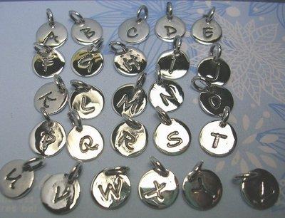 琥珀貓~【925純銀材料配件】墜飾~A0111~英文字母小圓牌~一個