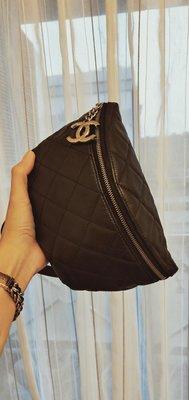 Chanel 黑色腰包 銀色雙C Logo斜背胸口包 員工包 九成新 送斜背長鍊 這顆包況很好喔