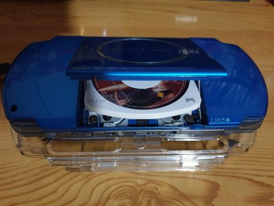 索尼PSP3007(耀動藍)九成新原裝主機和保護硬殼螢幕保護貼和充電器.電池,記憶卡4G.《操控性佳》原廠機沒有改過.
