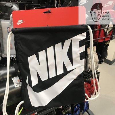 【AND.】Nike 黑白 大LOGO 背包 運動 訓練 抽繩包 健身包 雙肩包 後背包 束口袋CK0969-011