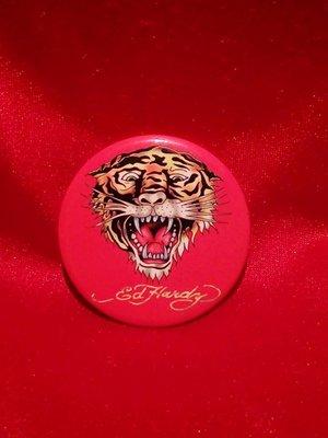 【阿波的窩 Apos house】《ED Hardy 週邊商品》虎王✟別針式徽章✟橘色