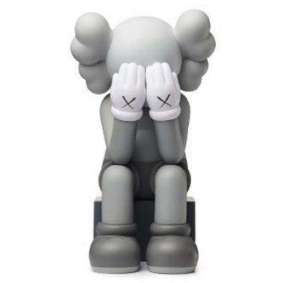 「全新未拆現貨正品」2018 KAWS Passing Through Grey 遮臉坐姿款 灰色公仔 限量