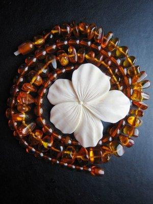 古董老件白花 雅材 (天然琥珀隨形鎖骨鍊是用做對比 已售出)胸針 墜子兩用
