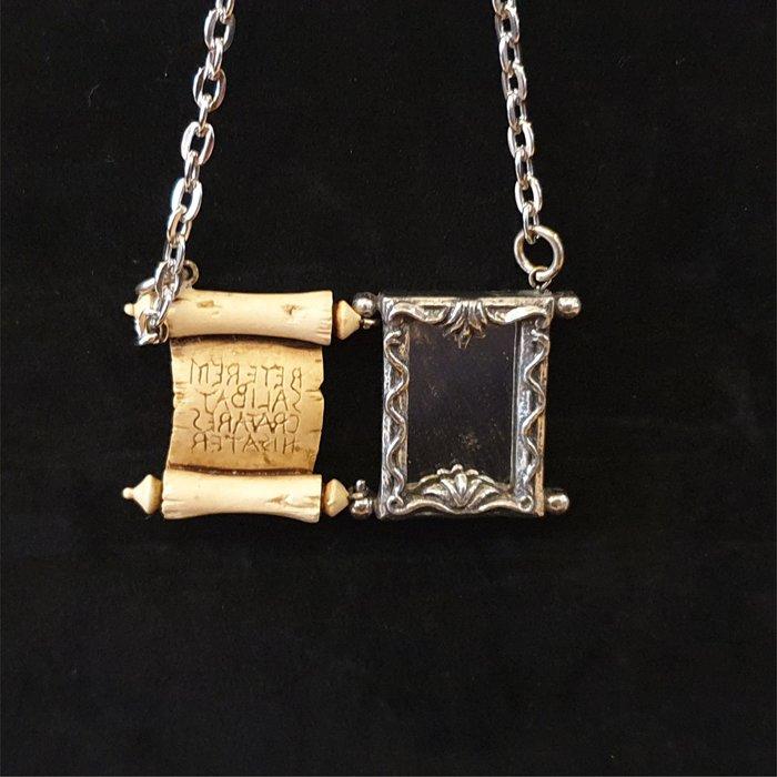 ONE*$1~英格蘭*ALCHEMY*鍊金術-1996《卷軸像框*吊墬 》錫/玻璃/橡膠*手工製品