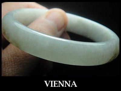 《A貨翡翠》【VIENNA】《手圍18.9/13mm版寬》緬甸玉/冰種水嫩微糖奶綠/玉鐲/手鐲I/E04