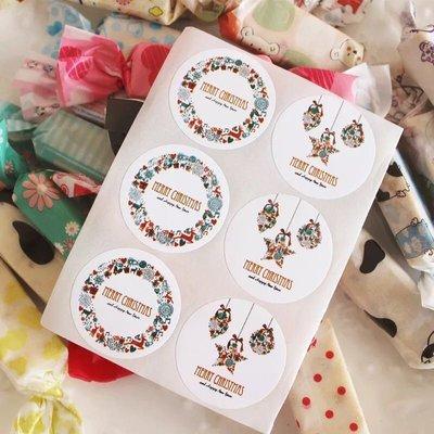 (3張共36枚)繽紛聖誕花環圓形封口貼紙 烘焙包裝 自黏袋 曲奇餅乾 盒裝飾布丁保羅瓶 杯子蛋糕 花圈 星星 耶誕禮物