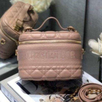 Dior Travel粉色羊皮藤格紋單肩手提化妝包 S5488UNTR_M49P 現貨