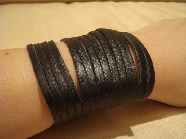全新從未戴過的黑色皮革款式手環,超有型的!有搖滾的味道喔!低價起標無底價!本商品免運費!