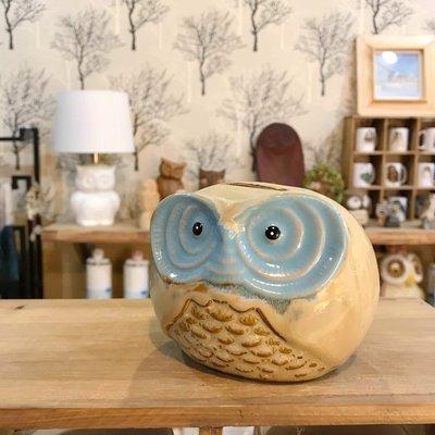 貓頭鷹窯變陶瓷撲滿,手工上色每隻會略有不同喔~最特別的禮物都在奧爾思~
