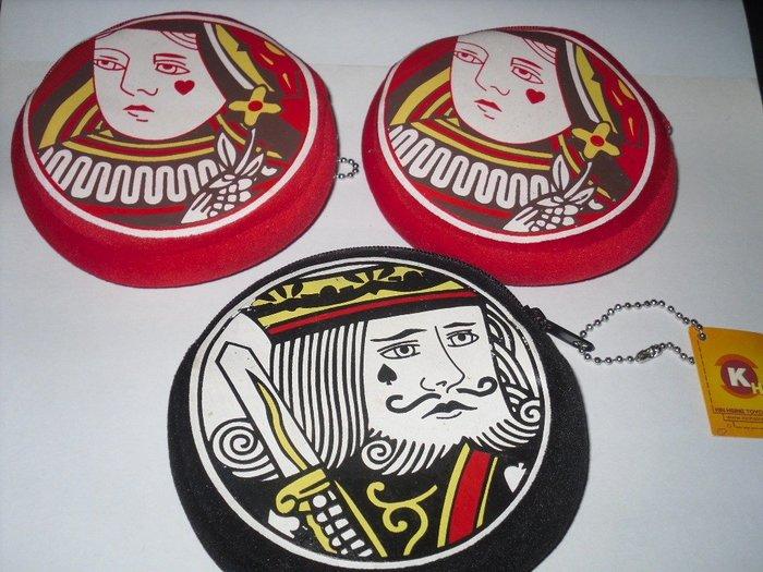 撲克造型圓拉鍊零錢包    (   老K 黑色包、 Queen 紅色包  ) 四折出清