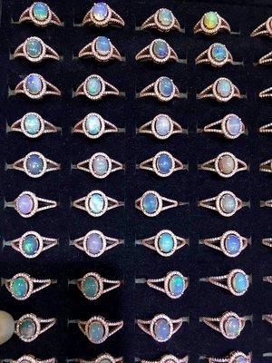 ((瑪奇亞朵的珠寶世界))超美豪華閃亮 天然A級蛋白石鑲崁 戒指 送禮好用大器 精緻 批發價 成本價