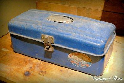美國古董深藍色小鐵箱 復古鐵製工具箱 老鐵箱 [BOX-0247] 二手 擺飾 家飾 復古風 美式 舊鐵箱子 裝飾 租借