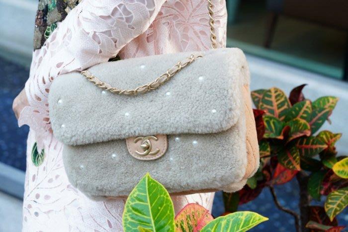 Chanel A90466 Pearl Flap Bag 中型卯珍珠羊毛肩背包 26 cm 銀灰