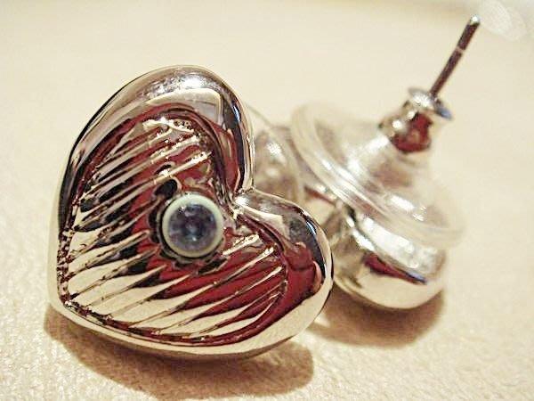 全新國外帶回,從未戴過的設計款耳環,很可愛的銀色心形,低價起標無底價!本商品免運費!