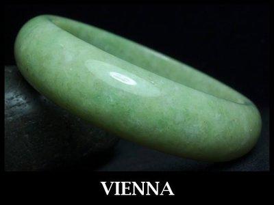 《A貨翡翠》【VIENNA】《手圍18.8/17mm版寬》緬甸玉冰種田園嫩豆綠/玉鐲/手鐲K-036