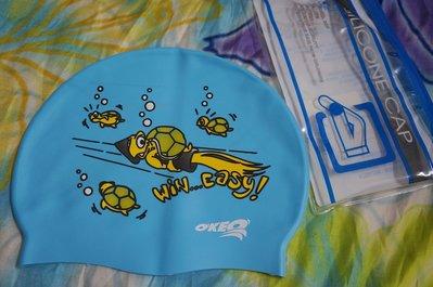 Kini泳具*聖手矽膠泳帽-防水膠帽(藍底海洋)-出清特價一頂150元(附收納袋/100%矽膠)