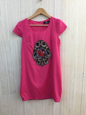 【愛莎&嵐】WEALTH HONOR 山形屋 女 桃紅色短袖洋裝 / S 1100506