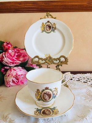 《風雅頌西洋古物》英國Royal Albert 1954年女皇紀念杯盤三件組(已售出)