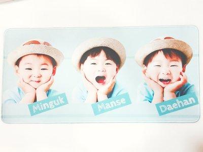 韓國綜藝節目【我的超人爸爸】宋一國三胞胎 ~大韓民國萬歲 寫真圖款 大長型電腦桌墊鍵盤墊滑鼠墊