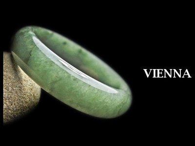 (已蒙收藏)《A貨翡翠》【VIENNA】《手圍17.5/15mm版寬》緬甸玉/冰種滿地嬌豔葉綠/玉鐲/手鐲N+724