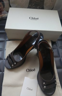Chloe 金屬色小羊皮鉚釘木質底魚口高跟涼鞋