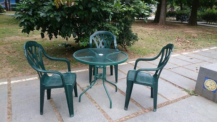 兄弟牌綠色塑膠格網高背椅+綠色80cm玻璃圓桌,/一桌四椅組~庭院自用營業都適合,物美價廉休閒傢俱必備!!