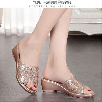 新款涼鞋網紅坡跟拖鞋女夏外穿水鉆厚底平底拖鞋防滑魚嘴涼鞋媽媽鞋pdd