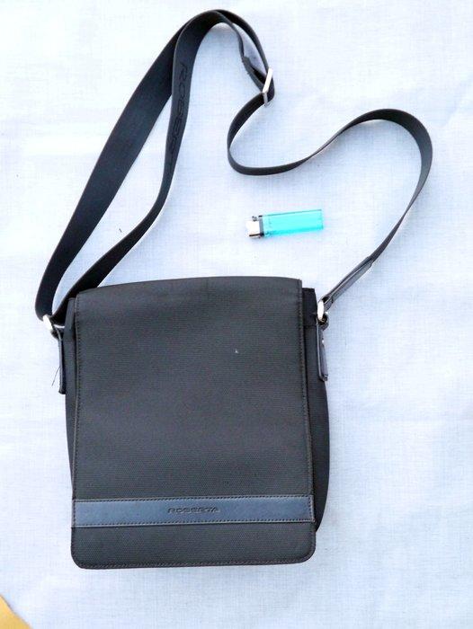 黑標商品- Roberta 男用/中性 全黑 側背磁吸式 類方型包 約8成新