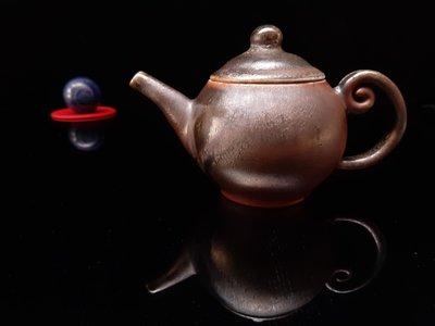 台灣柴燒壺名家精美台灣手拉柴燒茶壺,第一屆金陶獎、第七屆金壺獎入選作家陳炫亨老師手拉胚精緻柴燒壺,約220cc,7000元。