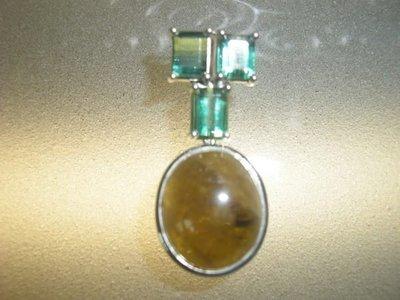 【濤晶茗緣】稀有天然火彩榍石配附3顆高淨度祖母綠式切割含鉻綠碧璽設計款銀白k墜飾