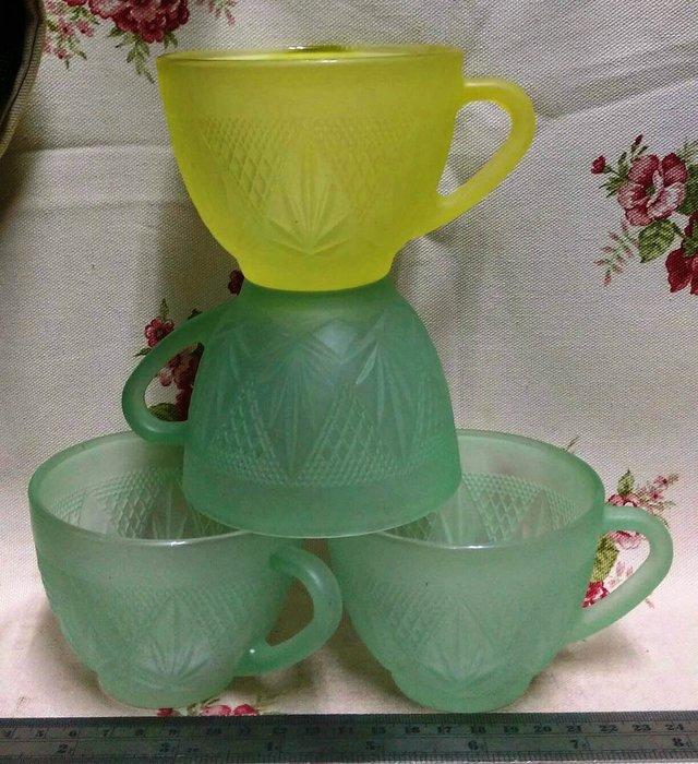龍廬-自藏出清~玻璃製品-復古毛玻璃錐形雕花圖樣玻璃把手杯/1黃色3綠色(4入一套不拆賣)/咖啡杯茶杯水杯