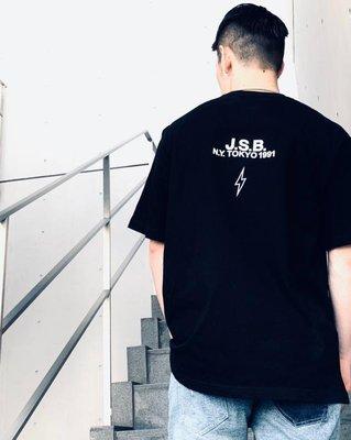 ☆COOKIE@JSB 放浪兄弟 激似款☆2020/7到貨-純寬鬆版型 閃電+字母設計短袖圓領T恤-正品!黑白兩色!!