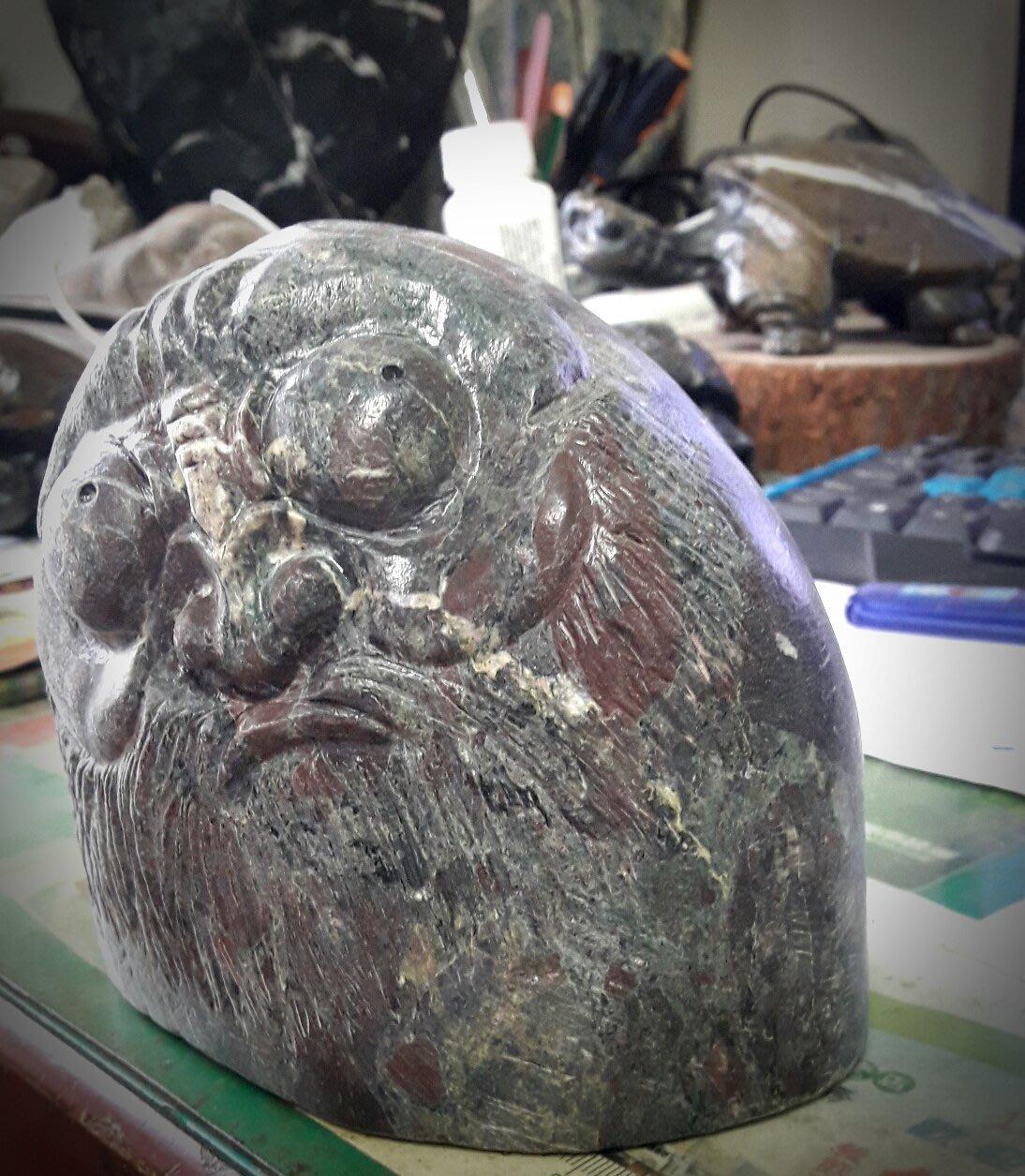 六龜紅龍青石雕~老沙彌~凝視
