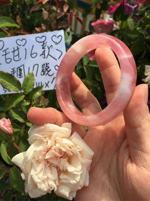 AAA+天然 馬達加斯加 粉晶手鍊~窄版~《甜16款》~手圍17號,內徑52.5mm寬14厚7mm~來自老礦馬粉水晶原礦琢磨而成、天然粉水晶手環!~熊寶貝珠寶!