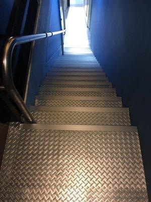 美的磚家~浮雕立體人字鐵板紋 亮銀色 紅色黑色特殊尺寸45cmX90cmx2m/m塑膠地磚塑膠地板~質感佳850元/坪.