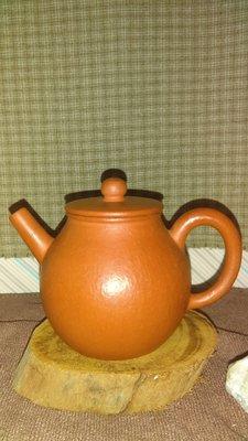 早期紫砂壺—平蓋款式,泥料:老朱泥(梨皮筋紋朱泥),獨孔出水,容量約200CC
