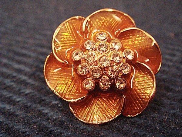 大降價!美國帶回,全新從未戴過的 MONET 莫內 金色花朵鑲鑽造型穿式耳環,低價起標無底價!