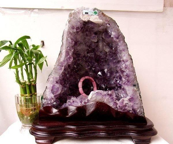 小風鈴~超人氣天然巴西小金型紫晶洞共生鈦晶. 重14.3kg! 贈底座!洞又深又寬!