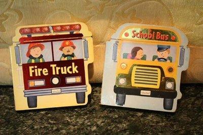【熊熊館】英語學習立體玩具書~ School Bus 和 Fire Station (進口書) 2本, 校車和消防隊繪本